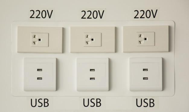 Elektrische aansluitstekker voor de muur en oplaadpoort voor telefoons met oplading van kabels