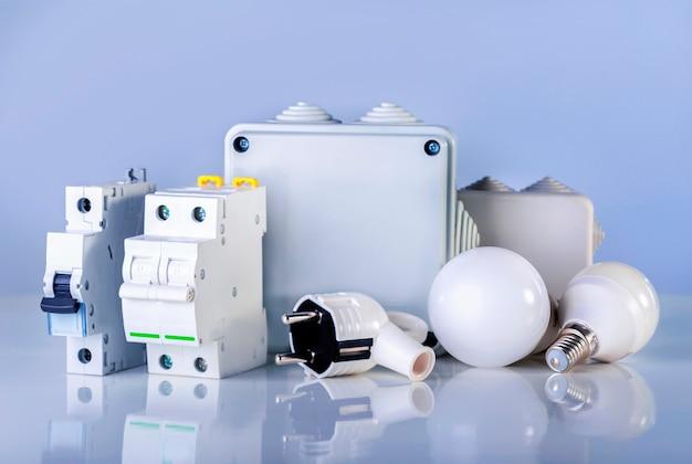 Elektrische apparatuur. verschillende elektrische producten in de winkel schappen.