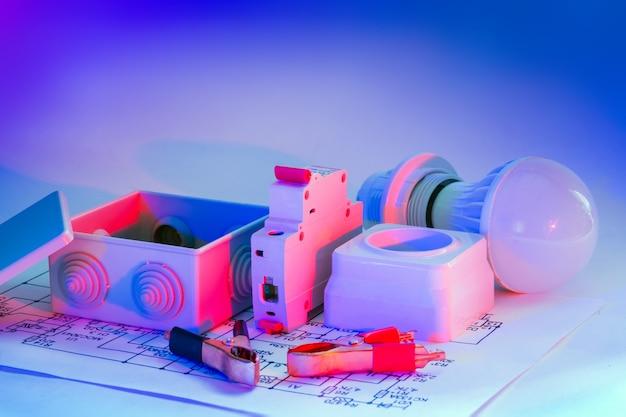 Elektrische apparatuur voor professionele reparatie van elektrische systemen. reserveonderdelen voor hoofdelektricien. gratis advertentieruimte