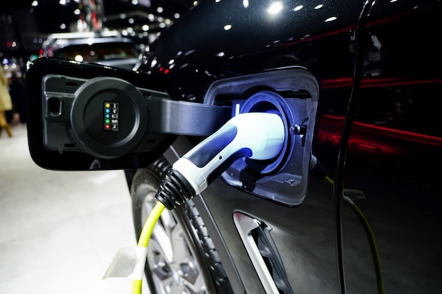 Elektrische auto opladenev auto of elektrische auto bij laadstation toekomst van transport