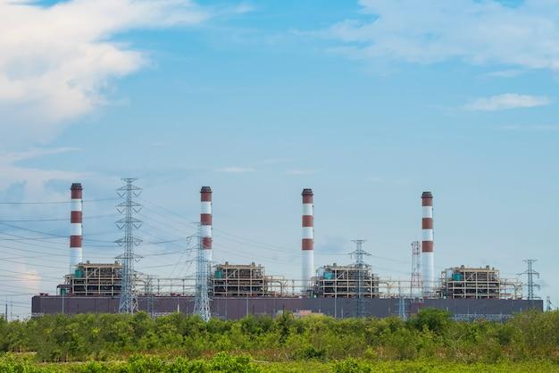 Elektrische centrale met blauwe hemel