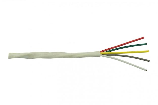 Elektrische draad die op wit wordt geïsoleerd