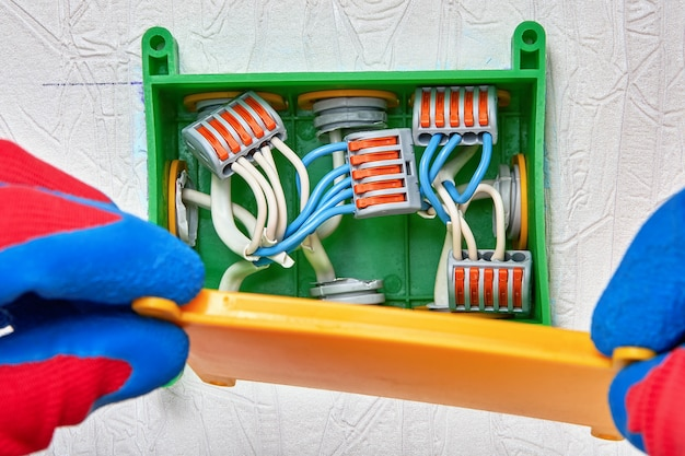 Elektrische draden aansluiten met klemconnector.
