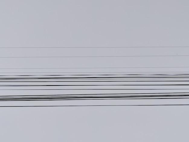 Elektrische draden met de blauwe lucht op de achtergrond