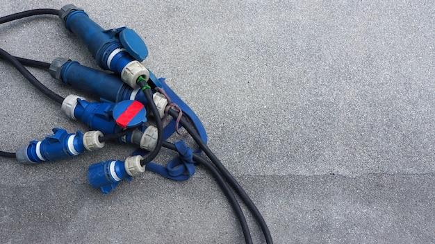 Elektrische dradenlijn voor videoproductie op de betonnen vloer en bovenaanzicht. Premium Foto