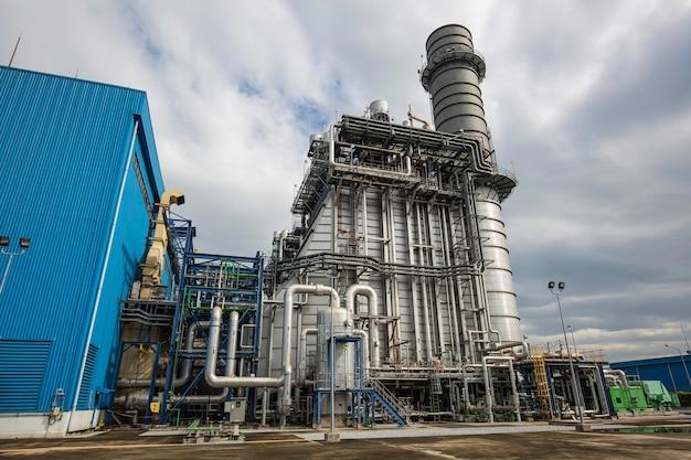 Elektrische elektriciteitscentrale tijdens onderstation rookstapel en elektriciteitscentrale prachtige kleur blauwe lucht