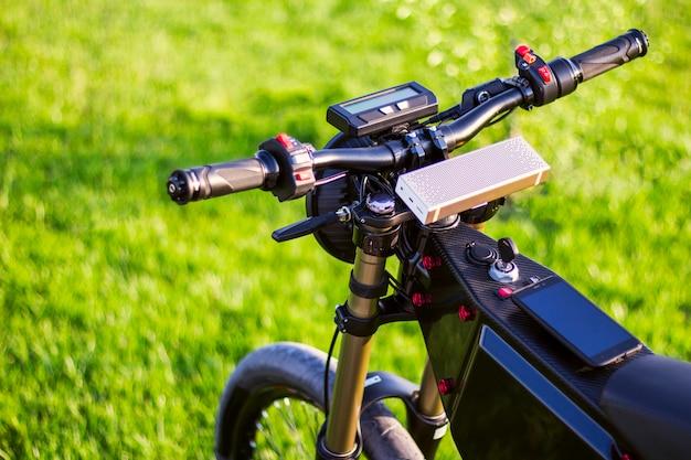 Elektrische fiets op stuurwiel met monitor en verende voorvork