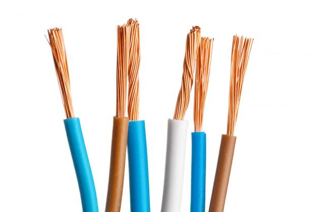 Elektrische gescreende kabel met vele draden die op wit worden geïsoleerd