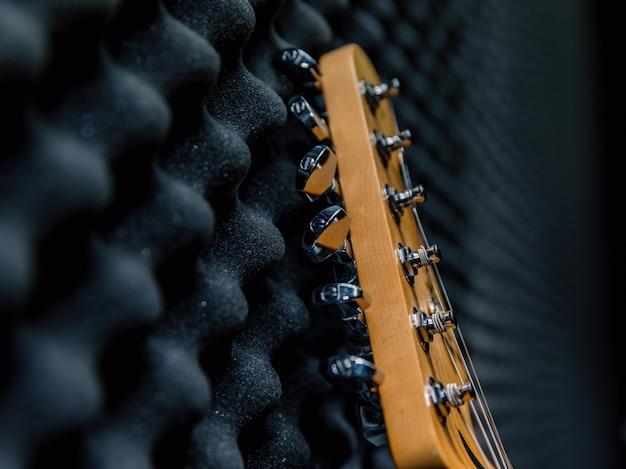 Elektrische gitaar aan de muur, oefenruimte, zwarte muziek