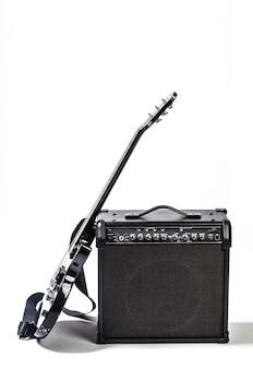 Elektrische gitaar die op wit wordt geïsoleerd
