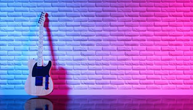 Elektrische gitaar tegen een bakstenen muur in neonlicht, 3d illustratie