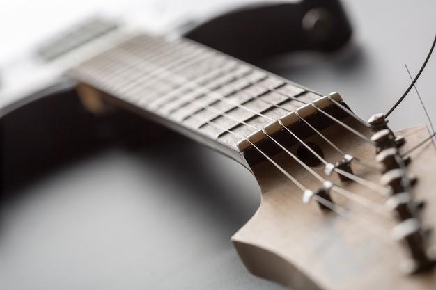 Elektrische gitaar toets met snaren. ondiepe scherptediepte
