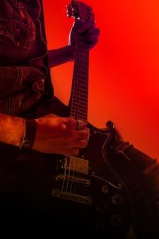 Elektrische gitaarspeler op een podium