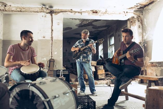 Elektrische gitaristen en drummer achter het drumstel.