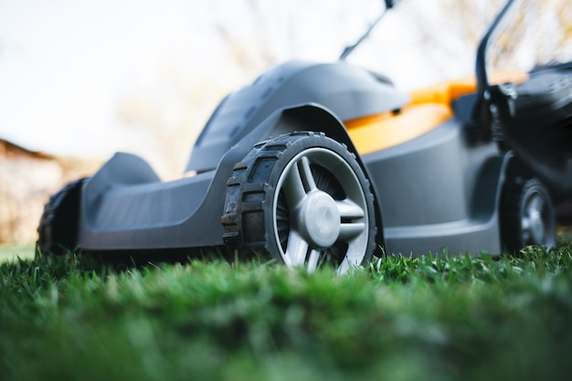 Elektrische grasmaaier op een gazon in de tuin