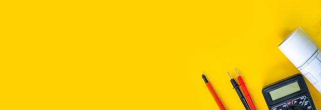 Elektrische installatie meetinstrumenten tools op een gele achtergrond met kopieerruimte. plaats voor tekst. selectieve focus