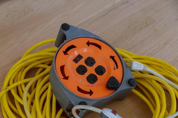 Elektrische kabel en verlengsnoer op de bouwwerkzaamheden