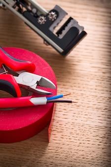 Elektrische kabel kniptang isolatietape draadstrippers op houten