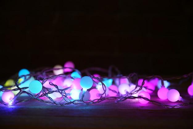Elektrische kerstslinger op donkere achtergrond