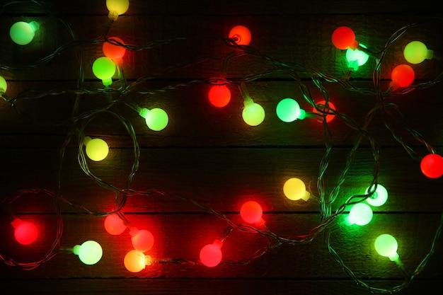 Elektrische kerstslinger op houten ondergrond