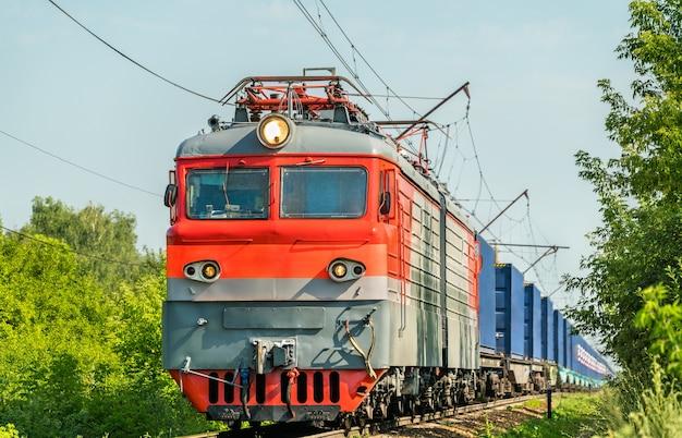 Elektrische locomotief met een containertrein in het gebied van rusland, ryazan.
