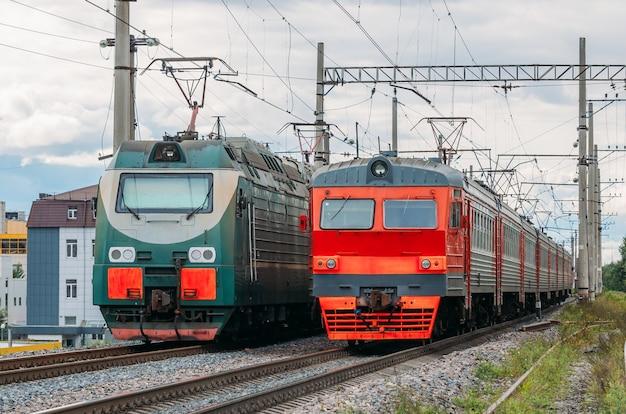 Elektrische locomotieven passeren elkaar op de spoorlijn.