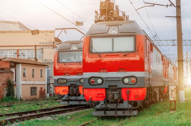 Elektrische locomotieven staan opgesteld op de spoorlijn.