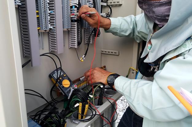 Elektrische meting voor pt-lustestcontrole door elektrotechnisch ingenieur voordat u weer inschakelt Premium Foto