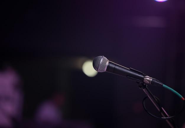 Elektrische microfoon op het podium