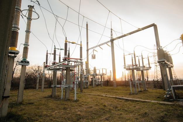 Elektrische onderstationapparatuur. transformatoren, scheiders. energietechniek