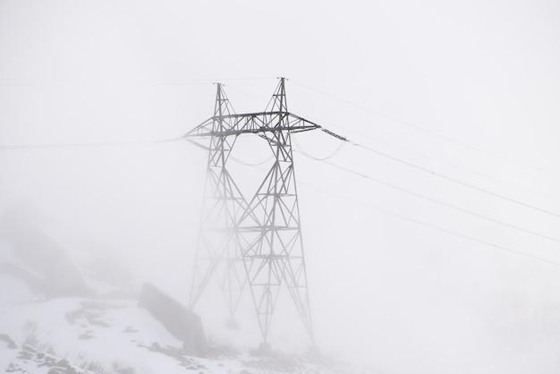 Elektrische paal op een mistige dag
