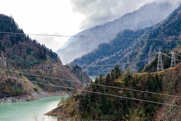Elektrische palen in bergen, elektriciteit in berggebieden. georgië.