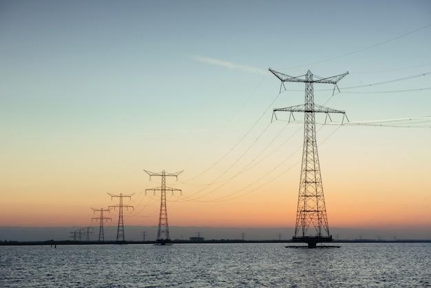 Elektrische palen in het water bij zonsondergang