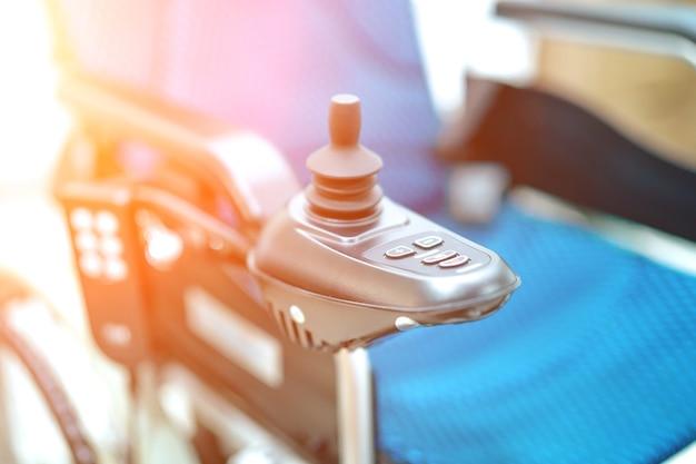 Elektrische rolstoel voor oude oudere patiënt kan niet lopen of het gebruik van mensen thuis uitschakelen