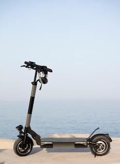 Elektrische scooter met zee op de achtergrond