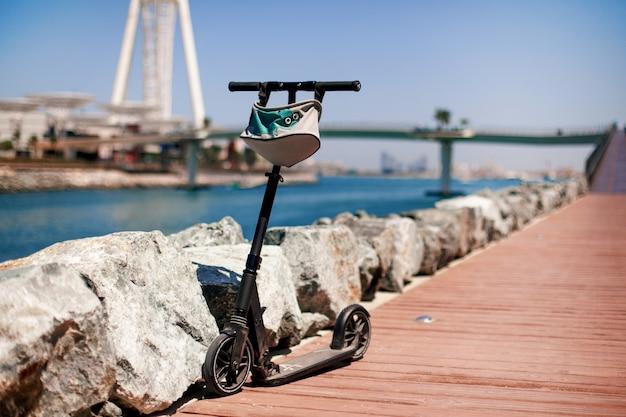 Elektrische scooter op een voetgangersweg, dubai