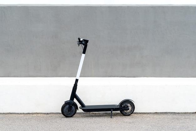 Elektrische scooter voor openbaar delen in het europese stadscentrum, openbaar mobiel vervoer.