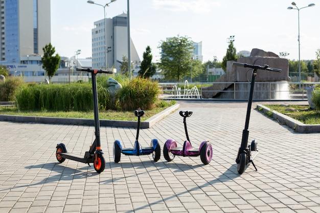 Elektrische scooters en een gyroscooter te huur. stedelijk vervoer