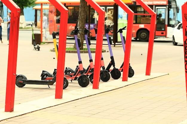 Elektrische scooters op de straat van de stad. milieuvriendelijk stadsvervoer..