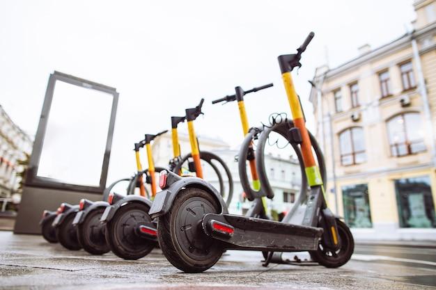 Elektrische scooters voor verhuur op stoep.