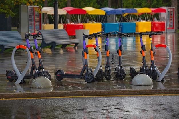 Elektrische scooterverhuur parkeren in het gebouw van het rivierstation moskou herfstregen