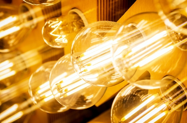 Elektrische stijlvolle vintage lichtgevende lampen close-up.