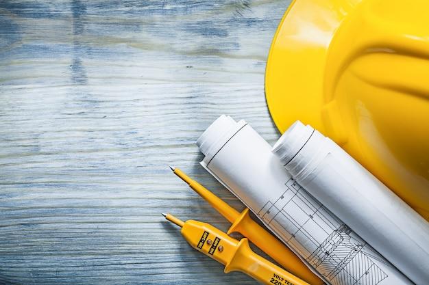 Elektrische tester bouwhelm gerolde constructietekeningen o