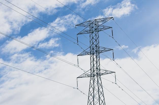 Elektrische tow4er met een blauwe bewolkte hemel