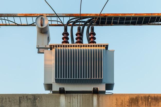 Elektrische transformator op paal- en hoogspanningslijnen