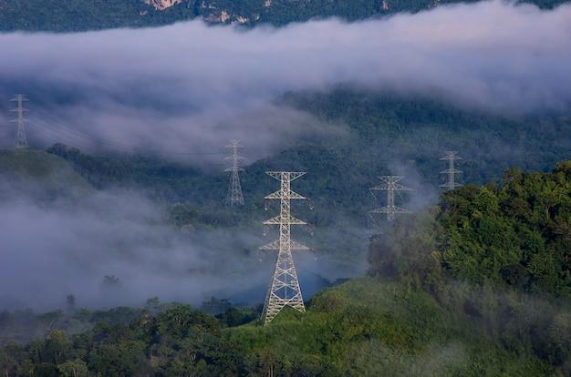 Elektrische transmissietorens in mist