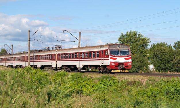 Elektrische trein in de voorsteden in de regio van kiev, oekraïne
