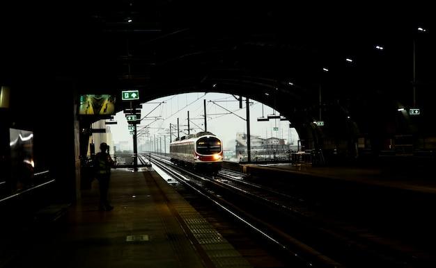 Elektrische trein naar station
