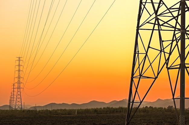 Elektrische zuil met kleurrijke lucht bij zonsondergang