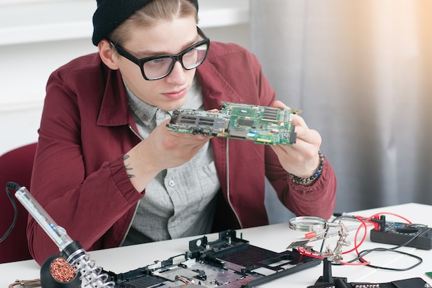 Elektronica bouw reparatie ontwikkeling computer workshop vaststelling business student onderwijs concept